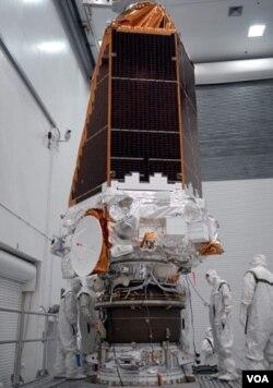 Para ilmuwan NASA pada saat memasang teleskop Kepler sebelum peluncurannya untuk misi ke antariksa (foto: dok.)
