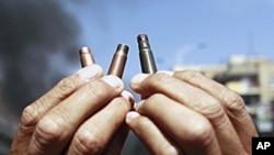 一名反政府示威者展示政府军射击后的子弹壳