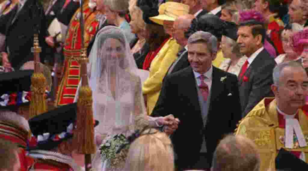 Kate Middleton camina por el pasillo con su padre, Michael Middleton, en la Abadía de Westminster para su boda real en Londres.