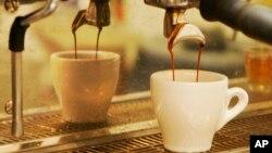 Minum kopi memperkecil risiko kematian dari penyakit apapun, termasuk penyakit jantung dan stroke (foto: dok).