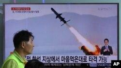 Vụ phóng tên lửa mới nhất được chụp lại qua kênh truyền hình của Bắc Triều Tiên được thấy ở một bến tàu điện ngầm ở Seoul, Hàn Quốc. Thủ tướng Nguyễn Xuân Phúc đã tái khằng định với Tổng thống Donald Trump về sự ủng hộ của Việt Nam trong việc phi quân sự hóa bán đảo Triều Tiên.
