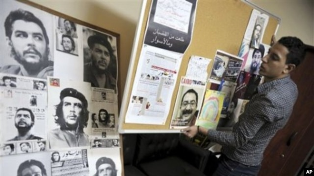An Egyptian worker collects belonging of Ibrahim Issa including photos of some of the worlds revolutionary icons at his office in Cairo, Egypt, 05 Oct 2010