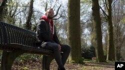 جوی هافمن یکی از ۴۹ نفری است که آزمایش دی ان ای او نشان می دهد دکتر «یان کاربات» پدر او هم هست.