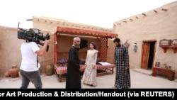 "Aktor Saudi, Abdulmohsin Al Nimir (kiri), aktris Kuwait Farah al Saraf (C) dan aktor Irak Nawaf Al Najam (kanan) terlihat di lokasi syuting serial Arab Ramadhan MBC ""Umm Haroun"" di Dubai, Uni Emirat Arab dalam Gambar ini diambil 7 Desember 2019. (Foto: Al"