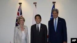 2013年10月4号澳大利亚外长毕晓普(左)、美国国务卿克里(右)和日本外相岸田文雄(中)在亚太经合组织外长会上合影