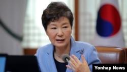 박근혜 한국 대통령이 5일 청와대에서 열린 수석비서관회의에서 모두발언 하고 있다.