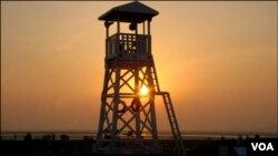 واچ ٹاور کی اوٹ میں چھپتا شام کا تھکا ماندہ سورج