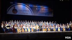 Дві капели бандуристів - з України і з Північної Америки - разом на сцені