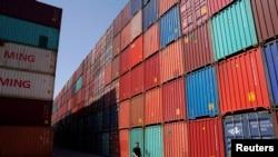 资料照 - 上海港口的集装箱。