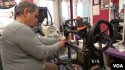 파르빈 자말레자 남편 야돌라가 재봉틀 앞에 앉아 작업에 몰두하고 있다.