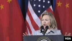 Menteri Luar Negeri Amerika Hillary Clinton berbicara dalam dialog AS-Tiongkok di Washington (9/5).