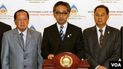 Menlu Marty Natalegawa (tengah), Menlu Kamboja Hor Namhong (kiri) dan Menlu Thailand Kasit Piromya (kanan) seusai rapat darurat ASEAN di Jakarta, Selasa (2/22).