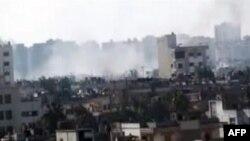 Amaterski snimak područja grada Homsa sa dimom od eksplozija artiljerijskih granata