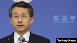 조태영 한국 외교부 대변인이 15일 서울 외교부 청사에서 아베 신조 일본 총리가 집단자위권 행사가 가능하도록 헌법 해석을 변경하겠다는 계획을 공식 표명한 것과 관련해 논평을 발표하고 있다.