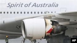 消防队员在引擎发生故障后损毁的澳航空中客车A380飞机旁