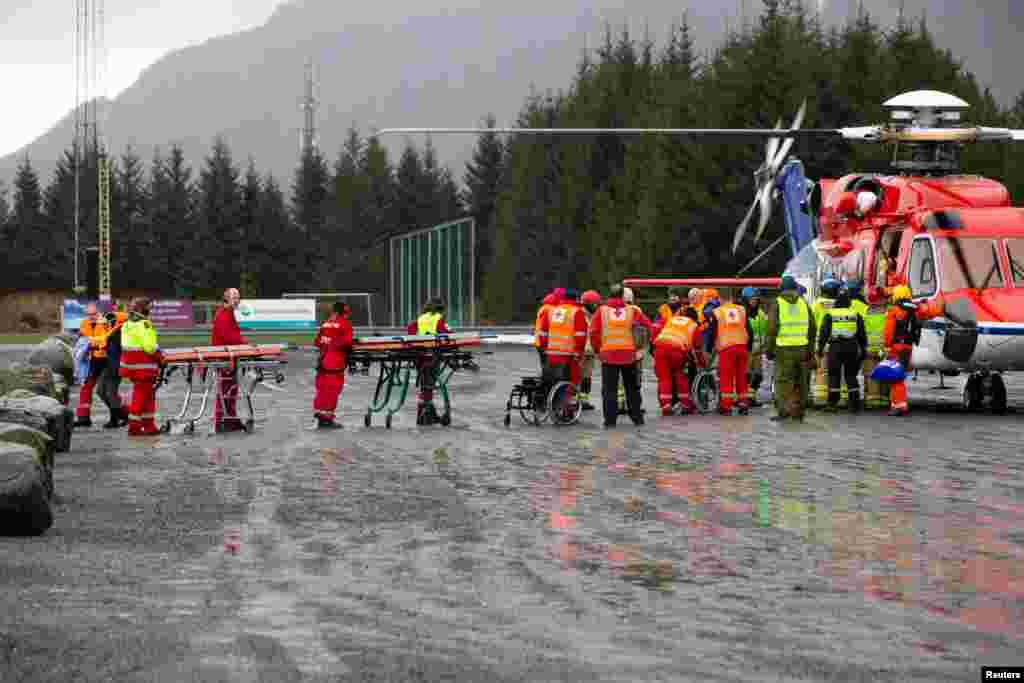 مسافران کشتی تفریحی کروز که در آبهای نروژ گرفتار شده بودند با هلی کوپتر امداد نجات یافته و تخلیه شدند.