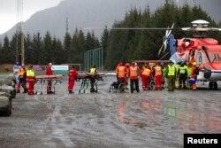 Пасажирам допомагають вийти з гелікоптера служб порятунку, 24 березня 2019 року