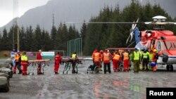 Petugas medis menunggu para penumpang yang baru diturunkan dari helikopter setelah diselamatkan dari kapal pesiar 'Viking Sky' di Hustadvika, Norwegia, Minggu (24/3).