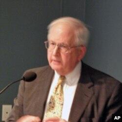 Ông Stapleton Roy, cựu Đại sứ Hoa Kỳ tại Trung Quốc, hiện là Chủ tịch Hội đồng Á Châu-Thái bình dương và là Giám đốc Viện nghiên cứu Quan hệ Mỹ-Trung tại Trung tâm Nghiên cứu Woodrow Wilson ở thủ đô Washington.