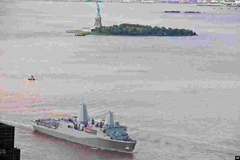 美國海軍兩棲塢式運輸艦紐約號USS New York (LPD 21) 9月8日進入紐約市。遠景是自由女神像。