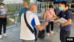 元朗区议员林进(右)及多名天水连线成员8月11日早上7时开始在天水围西铁站,免费向市民派发超过1千份《苹果日报》 (美国之音/汤惠芸)
