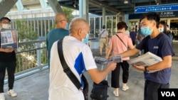 元朗區議員林進(右)及多名天水連線成員8月11日早上7時開始在天水圍西鐵站,免費向市民派發超過1千份蘋果日報。(美國之音湯惠芸)