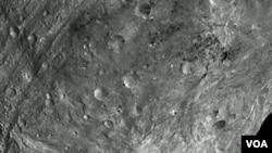Gambar jarak dekat pertama permukaan asteroid Vesta yang dikirimkan oleh pesawat antariksa Dawn.
