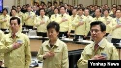 박근혜 한국 대통령이 21일 오전 청와대에서 열린 제49차 중앙통합방위회의에서 국기에 대한 경례를 하고 있다.