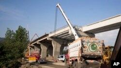 """2017年5月11日,在巴基斯坦,一個新的貿易道路正在施工,這是擴展貫穿亞非歐各國的鐵路公路港口的中國""""一帶一路""""項目的一部分。"""