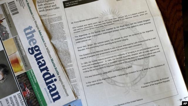 Una copia del periódico británico The Guardian muestra la carta abierta publicada por el gobierno argentino.