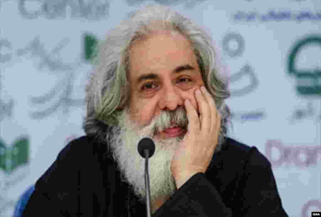 محمد رحمانیان کارگردان تئاتر به خاطر استفاده از یک تکخوان زن در برنامه هایش با شکایت سپاه مواجه شده است.