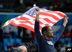 Atlet bola basket AS Kevin Durant merayakan diraihnya medali emas oleh timnya dalam Olimpiade 2016 di Rio de Janeiro, Brazil (21/8).