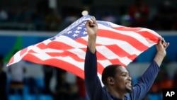 Kevin Durant célèbre le titre américain aux Jeux olympiques de Rio, le 21 août 2016