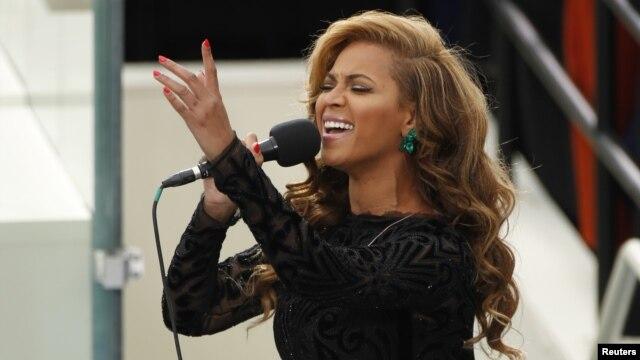 Beyonce saat menyanyikan lagu kebangsaan Amerika dalam upacara inaugurasi Presiden Barack Obama 21 Januari lalu. (Reuters/Kevin Lamarque)