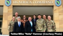 "Ntoma ya Etats-Unis na ekolo Congo démocratique, Mike ""Nzita"" Hummer na kati kati ya bakambi ya mampinga ya Amerika mpo na Afrika (AFRICOM) na Stuttgart, Allemagne, 14 novembre 2019. (Twitter/Mike ""Nzita"" Hammer)"