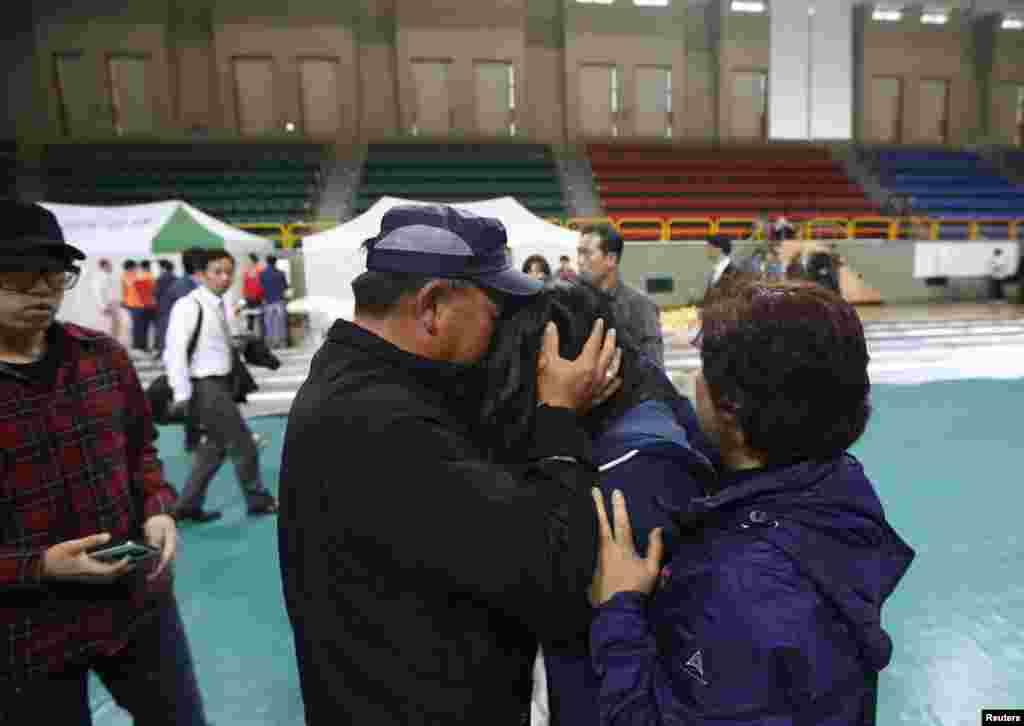 جنوبی کوریا کےحکام کے مطابق ایک مسافر بحری جہاز کے ڈوبنے سے 290 افراد لاپتا ہیں۔