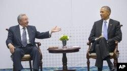 Tổng thống Barack Obama hội kiến Chủ tịch Cuba Raul Castro tại Hội nghị Thượng đỉnh châu Mỹ ở Thành phố Panama, Panama, ngày 11 tháng 4, 2015.