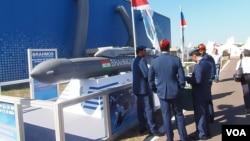 2015年莫斯科一個航展上的印度軍人,以及俄印聯合研製的博拉莫斯巡航導彈。 (美國之音白樺拍攝)