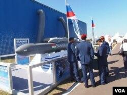 今年莫斯科航展上的印度軍人,以及俄印聯合研製的博拉莫斯巡航導彈。(美國之音白樺拍攝)