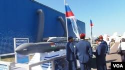 今年莫斯科航展上的印度军人,以及俄印联合研制的博拉莫斯巡航导弹。(美国之音白桦拍摄)