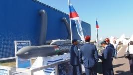 今年莫斯科航展上的印度軍人,以及俄印聯合研製的博拉莫斯巡航導彈。 (美國之音白樺拍攝)