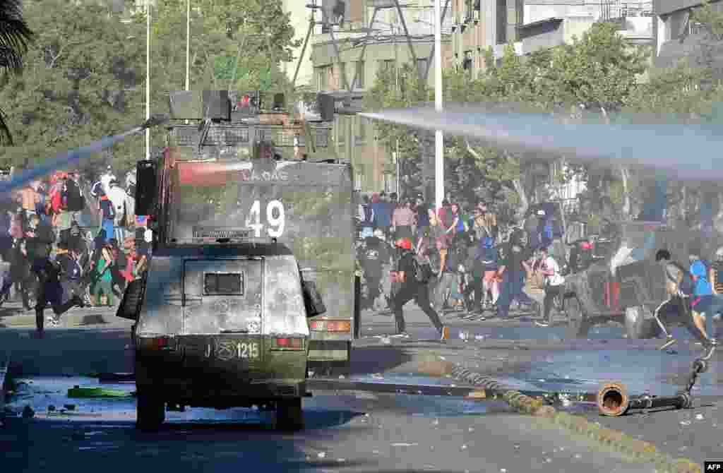 چلی کے دارالحکومت سان تیاگو میں پیر کو مظاہرین دوبارہ سڑکوں پر نکل آئے جو ملکی معیشت کی بگڑتی صورتِ حال کے خلاف احتجاج کر رہے تھے۔
