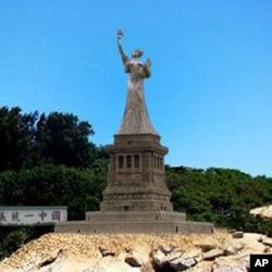 陈维明所制放在金门的民主女神像示意图