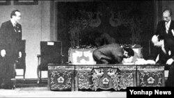 1974년 8월 15일 서울 국립극장에서 육영수 여사 피격 직후의 장면.