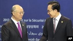 26일 2012 서울 핵안보정상회의에서 이명박 한국 대통령이 아마노 유키야 국제원자력기구 사무총장을 환영하고 있다.