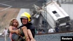 西班牙救援人員在星期三從出軌列車救出傷者