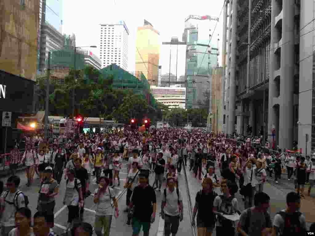 香港七一大游行现场实拍 (美国之音海彦拍摄)