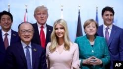 Ivanka Trump, con gái Tổng thống Mỹ Donald Trump (áo hồng, giữa), chụp ảnh cùng các lãnh đạo tại hội nghị thượng đỉnh G20 tại Hamburg, Đức, ngày 8/7/2017.