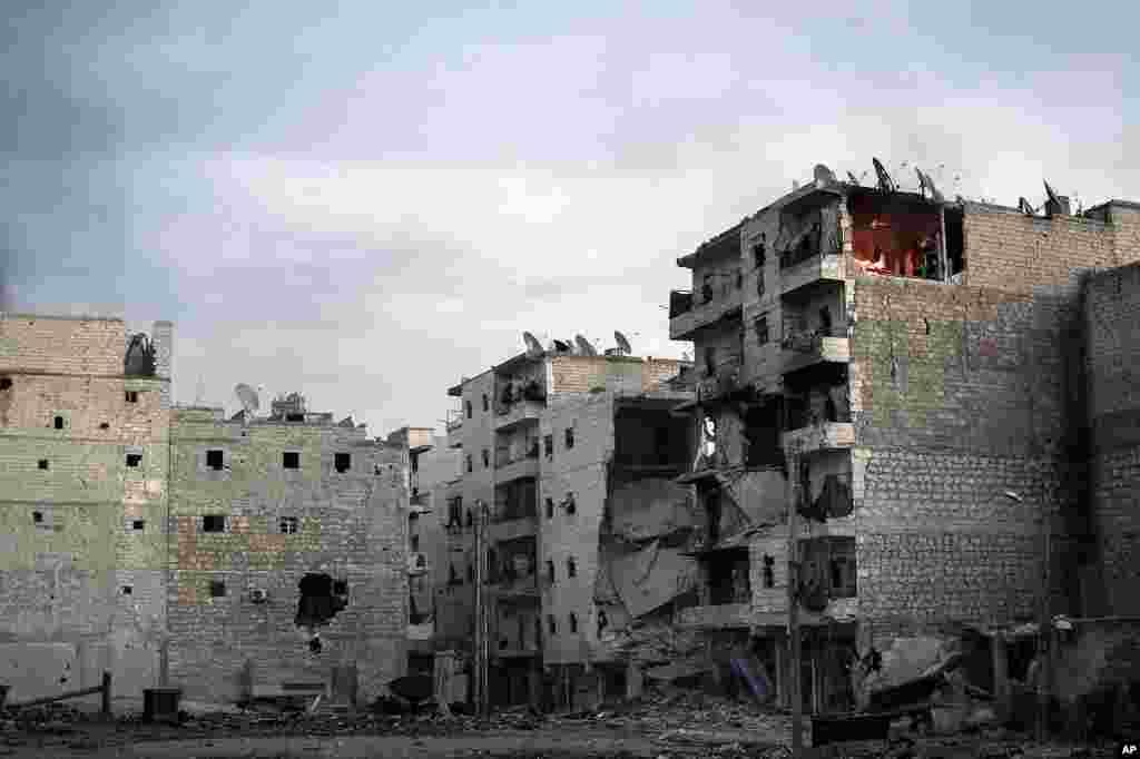 양측의 전투로 인해 건물이 파괴되고 화재가 발생한 알레포 시