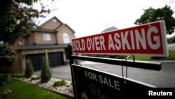 """Табличка біля нещодавно проданого будинку """"Продано за вищою ціною, ніж стартова"""", Reuters"""